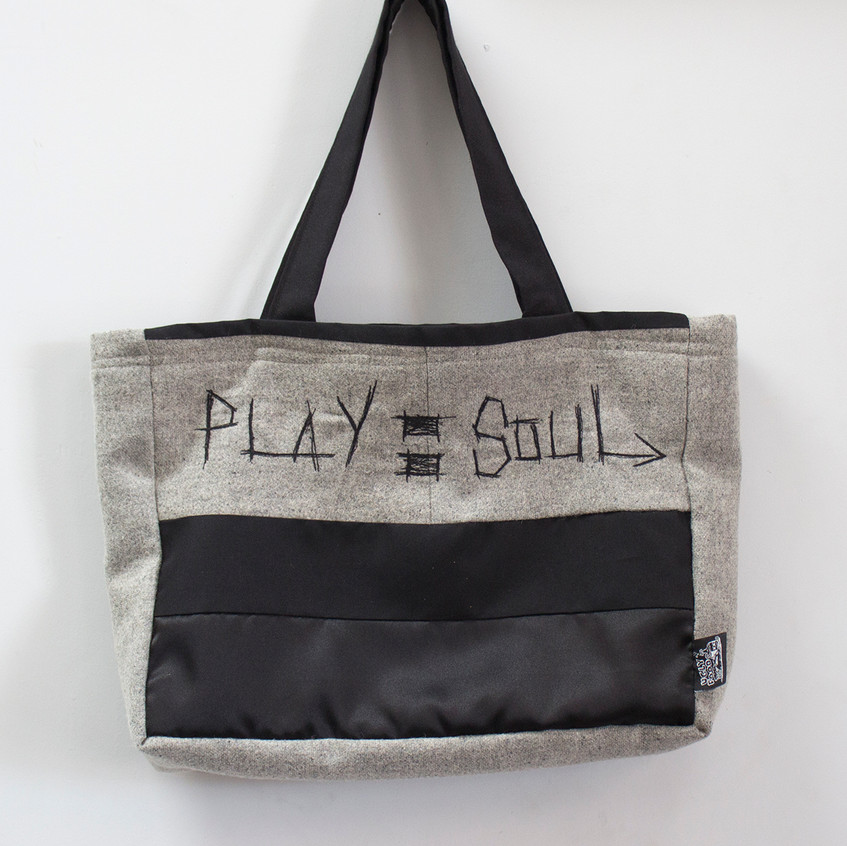 play equals soul Handbag