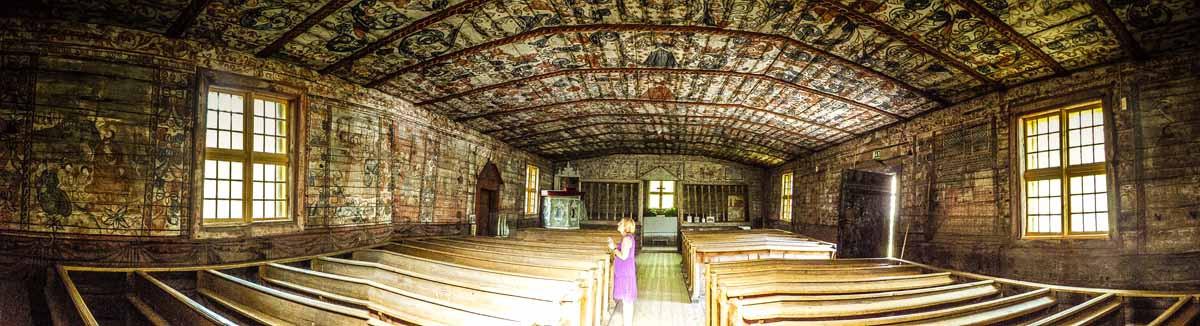 Blick ins Innere der Holzkirche von Pyhämaa