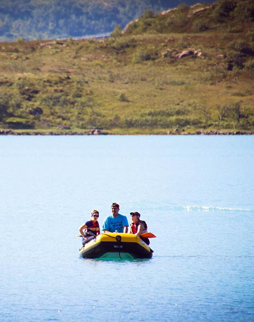 Bootstour bei sommerlichen Temperaturen jenseits des Polarkreises