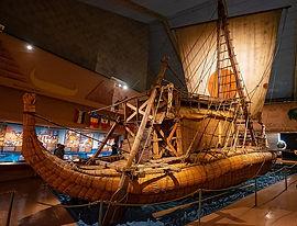 1024px-19-08-28-Ra2-im-Kon-Tiki-Museum-O