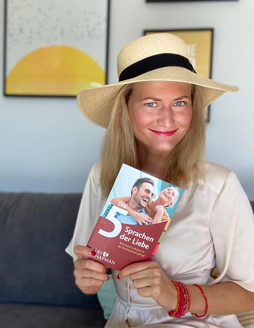"""Jeanine Hurte mit dem Buch """"Die 5 Sprachen der Liebe"""""""