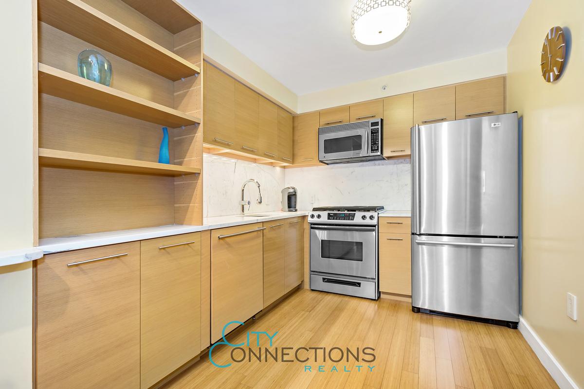 100 W 39th St 43DE Kitchen