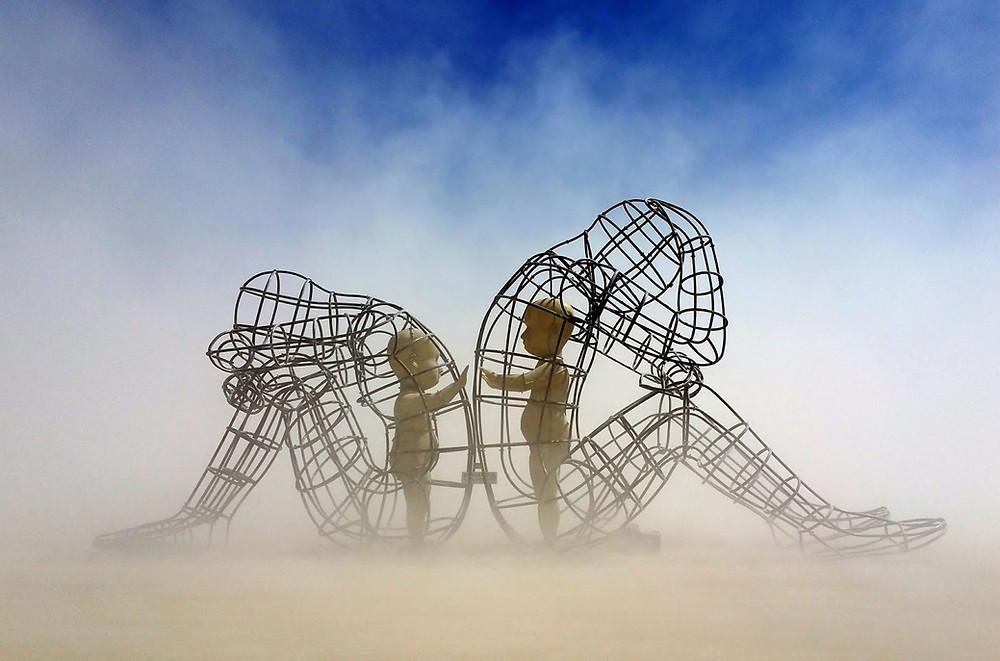 """Escultura del artista Alexander Milov titulada """"Amor"""". En ella se transmite el conflicto entre dos personas que se dan la espalda, pero que en su interior solo desean estar juntos, expresando la naturaleza humana  de  """"ser con otros""""."""