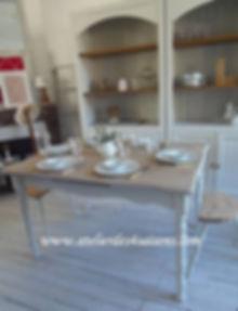 Table_patinée_gris_perle_plateau_blanch