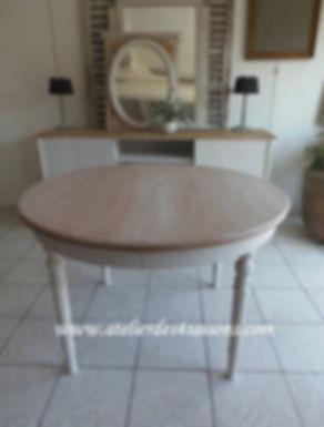 Table_ronde_patinée_gris_perle_plateau_