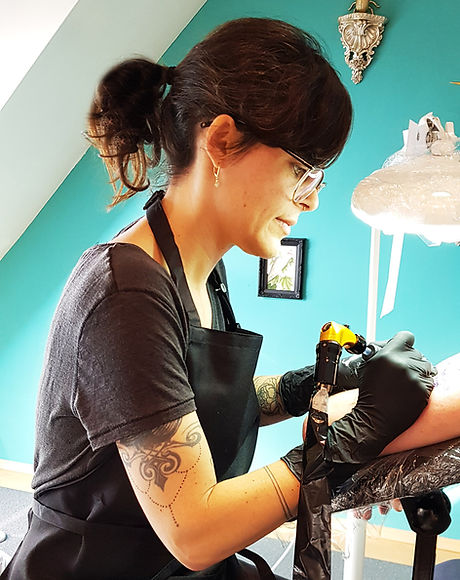 Fancy Pain Tattoo Sharon bei der Arbeit