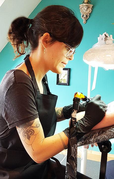 Fancy Pain Tattoo Münster Sharon bei der Arbeit