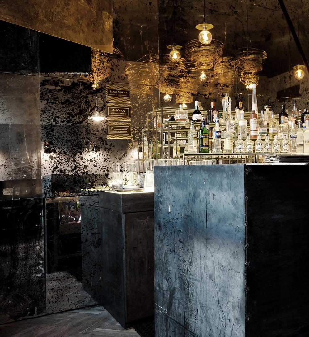 Stalowy bar na tle ręcznie postarzanych luster