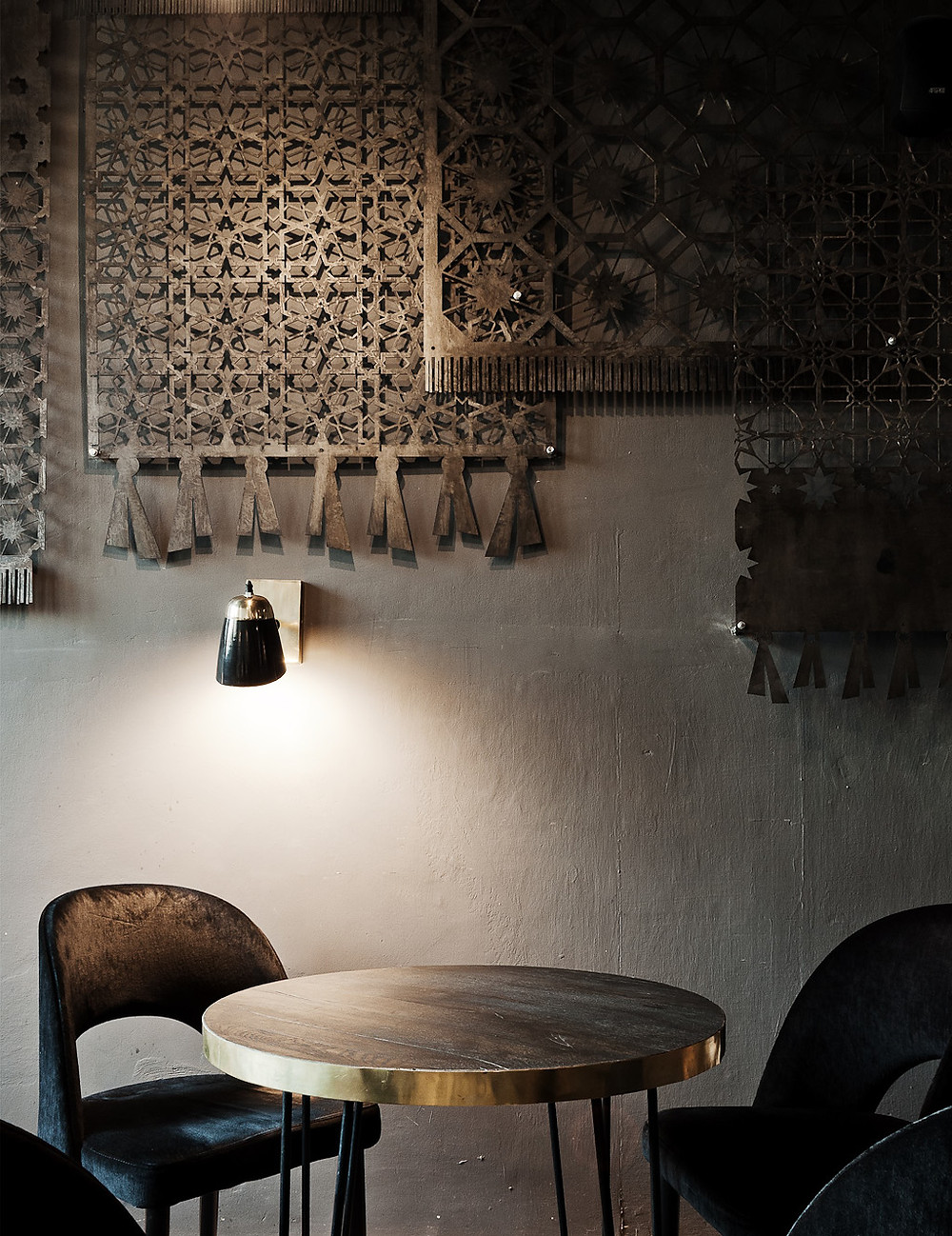Bogate bliskowschodnie ornamenty na stalowych dywanach koktajbaru Sababa
