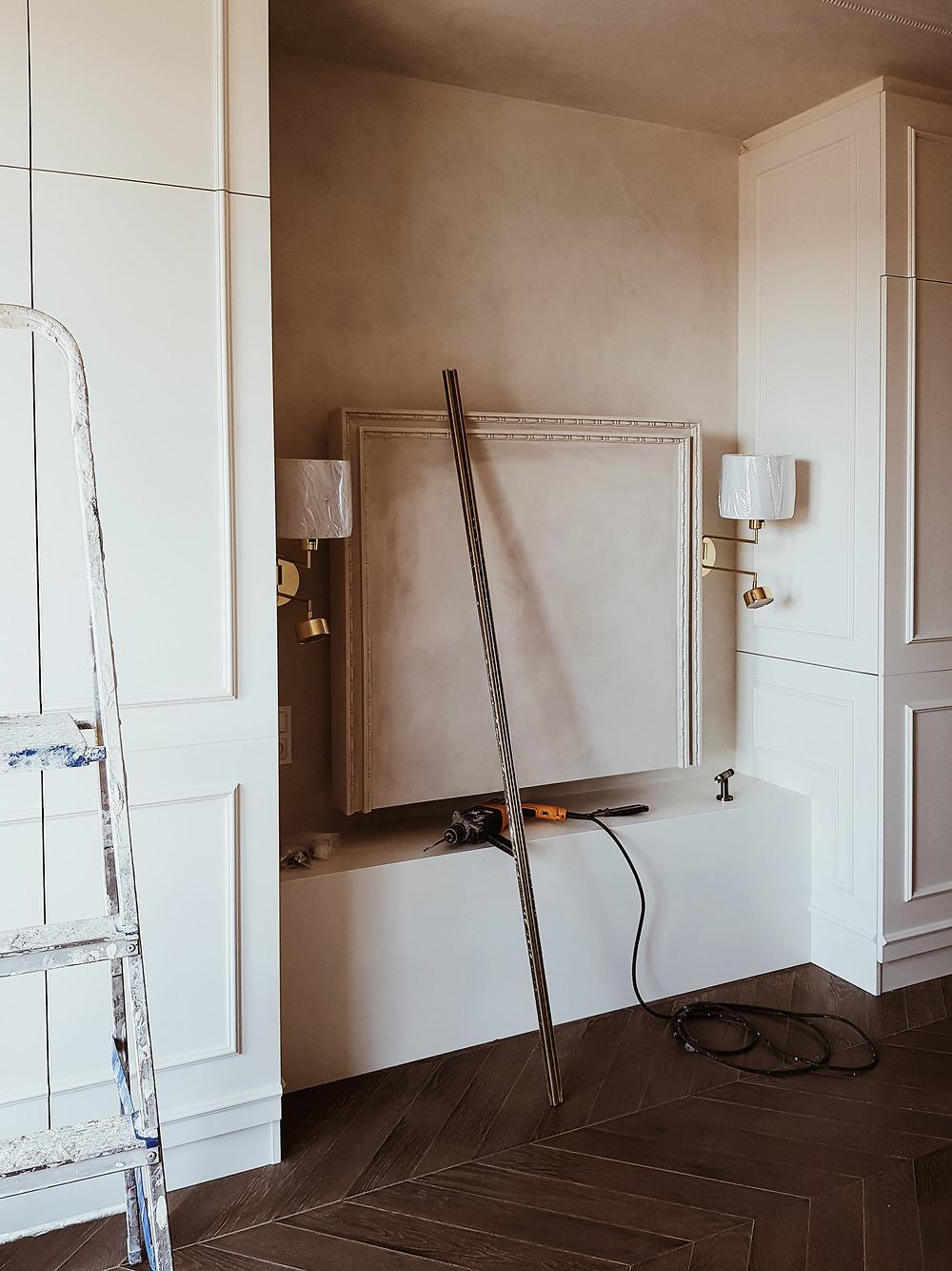 Miejsce na zagłówek w sypialni otoczone sztukaterią