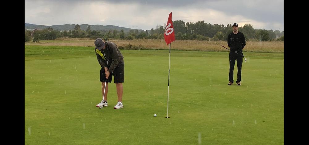 Vegard Lilleås setter en kort putt for birdie på første omspillshull. Thomas Brekke blir nummer to.