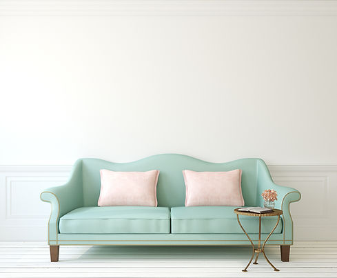 groene zetel met twee kussens en bijzettafel