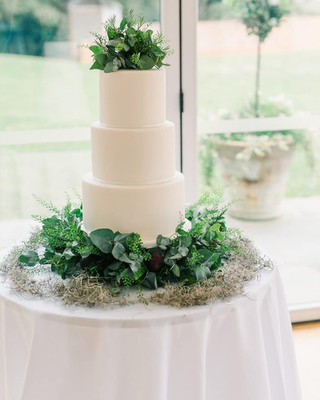 traditional-wedding-cake-white-icing-fre