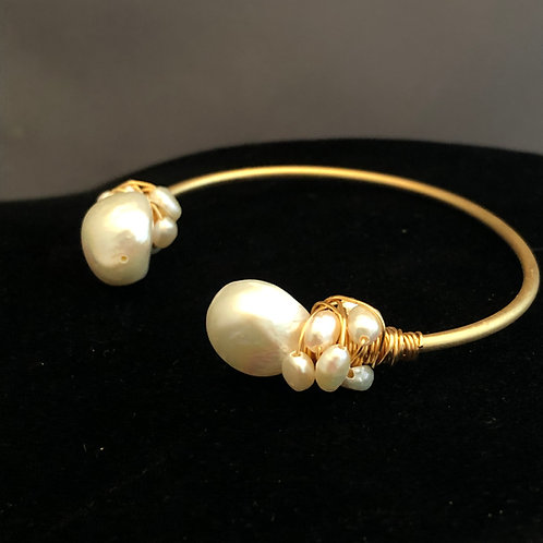 Gold bracelet with white Freshwater pearls