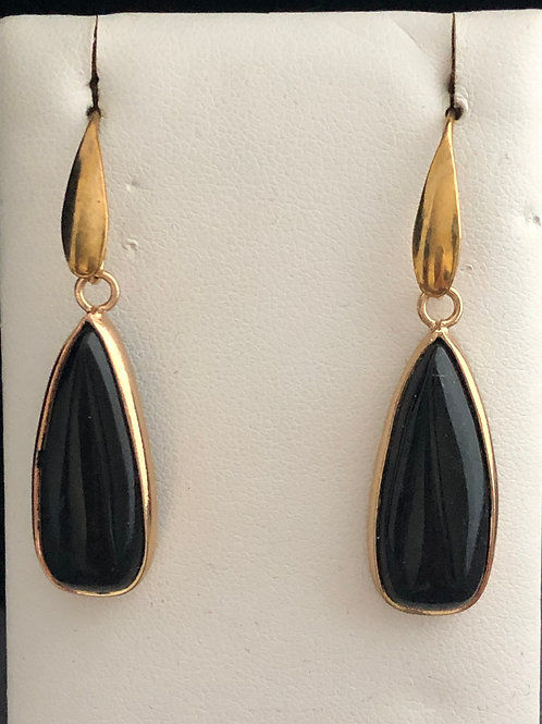 Gold pierced earring with black natural stone