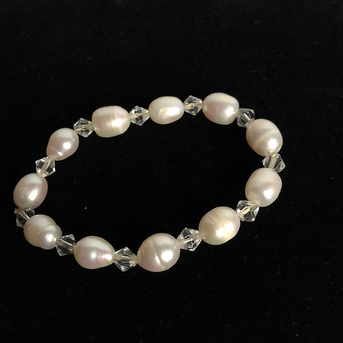Oval elastic white Freshwater Cultured Pearl bracelet with crystals in between