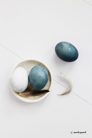 diy farge egg med blåbær // diy blueberry dyed eastereggs