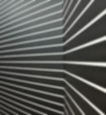 Schwarze Wand mit weißen Streifen