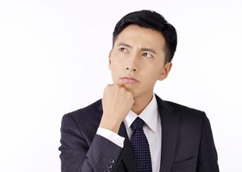 取締役の報酬について考える男性