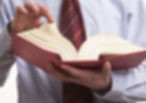 法律書を開く顧問弁護士