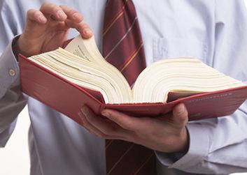 法律書を調べる弁護士