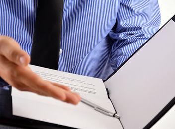 顧問契約について説明する弁護士