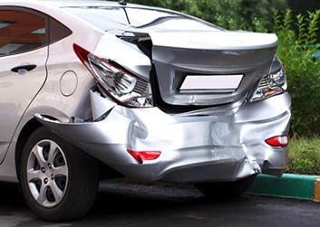 社用車で従業員が起こした自損事故の写真