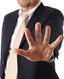 解雇を言い渡すビジネスマン