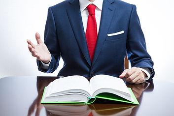 会社法を説明する弁護士