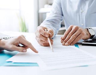 契約書のチェックをする弁護士