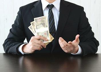 賃金仮払いの話し合いをするビジネスマン