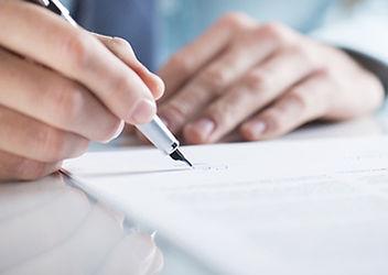 顧問契約にサインをする経営者