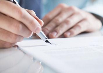 契約書にサインをする場面