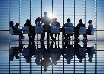 株式譲渡について話し合う経営者と株主たち