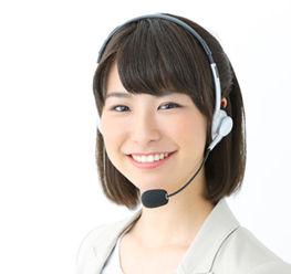 電話対応する女性事務員
