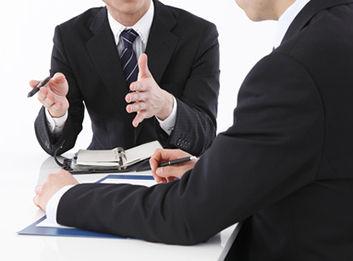 企業の法律相談に応じる顧問弁護士