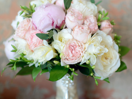 How to Incorporate Seasonal Colors into Your Wedding