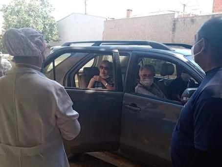 Tarcísio Meira e Glória Menezes são vacinados contra a Covid-19 no interior de São Paulo