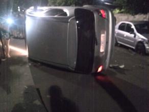 Homem de 60 anos bate em carro estacionado e tomba em seguida no Jardim Alvorada