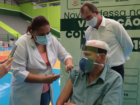 Leitinho e Professor Antonio acompanham vacinação no ginásio e elogiam equipe em Nova Odessa