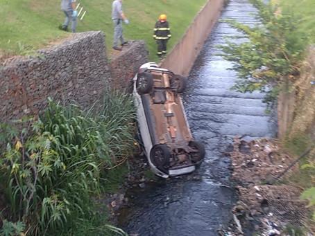 Na tarde deste domingo em Americana carro cai no córrego da Avenida Brasil
