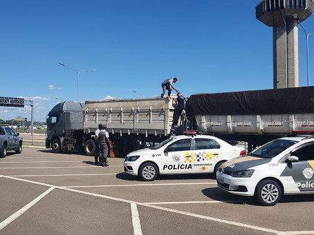 Policia Rodoviária aborda carreta e descobre carga de cigarros contrabandeados na Anhanguera