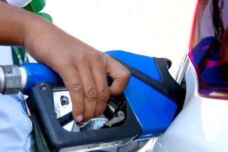 Bolsonaro edita decreto que obriga posto a informar em painel composição do preço do combustível