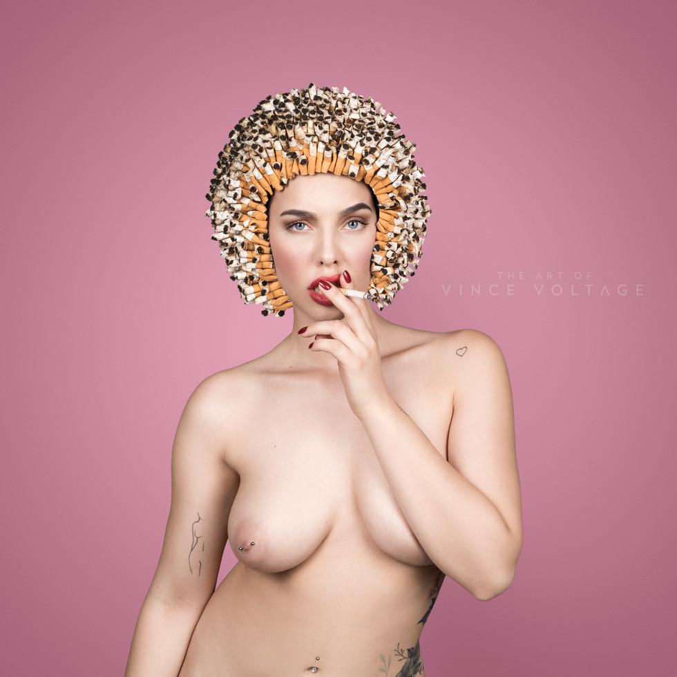 Frau mit Krebshelm