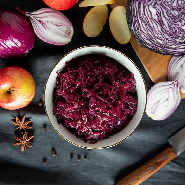 Rotkohl in Schüssel aus frischen Zutaten