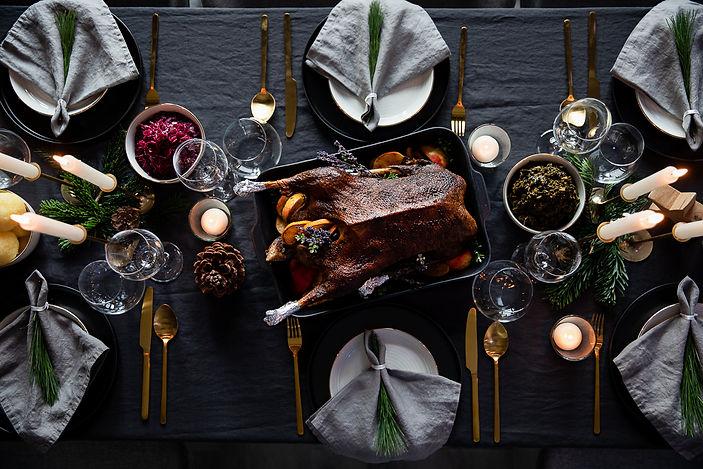 Weihnachtsgans auf dem gedeckten Dinnertisch
