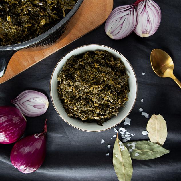 Grünkohl in Schale mit frischen Zutaten