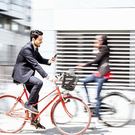 Wekelijks worden 850 personen beboet voor appen op de fiets.