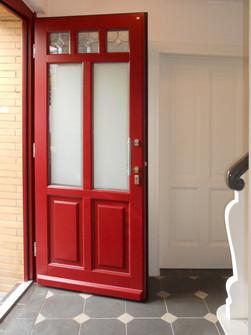 Klassische Haustüre in rot Zusammenarbeit mit Firma Niveau