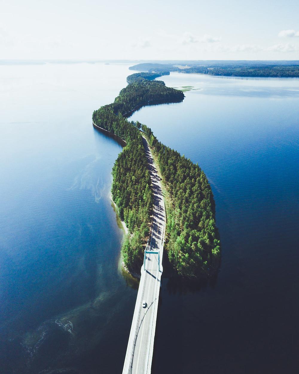 Kuvituskuva suomalaisesta järvimaisemasta kesällä - kuva unsplash.com